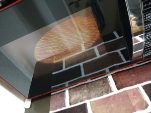 電子レンジで冷凍ピザを焼く画像