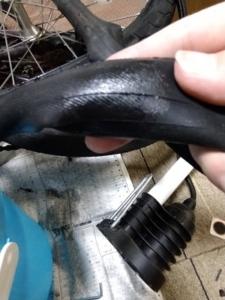 自転車のパンク修理でゴムのりが乾くまで待つ画像