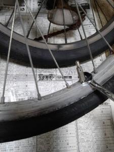 自転車のパンク修理でスパナを回す画像