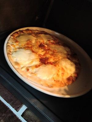 電子レンジでピザが焼けている2